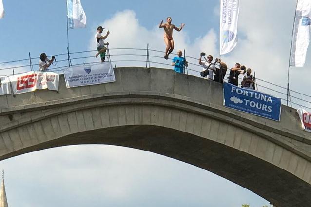 スタリ・モストで行われた「飛び込み大会」