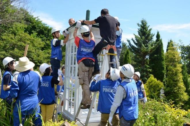 新しい「風の電話」を設置するボランティアの中高生ら=2018年8月18日、岩手県大槌町、佐々木格さんの庭