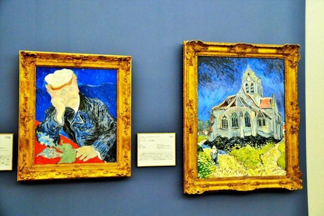 ゴッホの「ガシェ博士の肖像」と「オーヴェールの教会」の陶板画=徳島県鳴門市