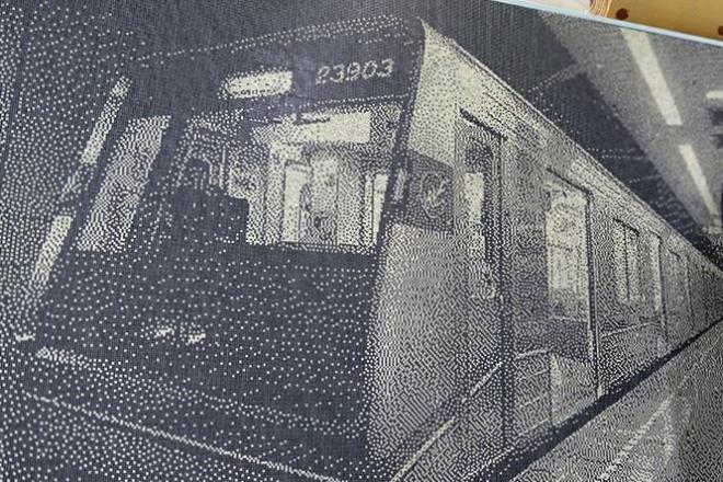 切符のパンチくずで作った地下鉄車両のアート