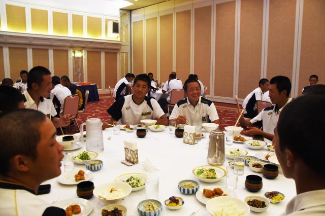 和やかな雰囲気の中夕食をとる白山の部員ら=8月10日、兵庫県伊丹市