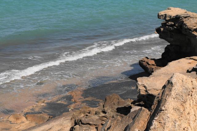 ゲシュム島に隣接するベンガム島の海岸