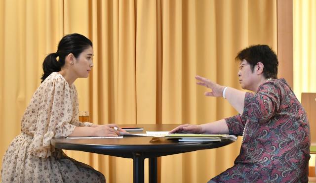 子どもにとってより良い教育について語らう、石田さんと奥地さん=仙波理撮影