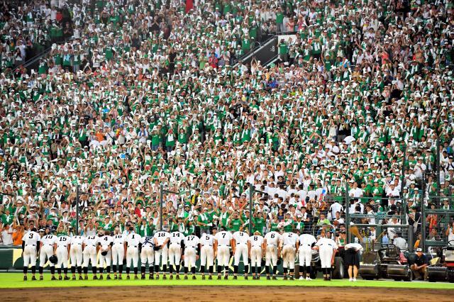 試合後、あいさつする白山の選手を迎える応援席=8月11日、阪神甲子園球場、金居達朗撮影