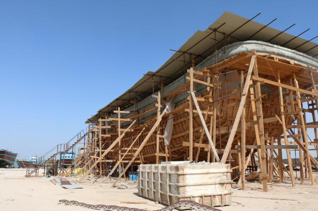造船所を見学した。船は木製で、昔ながらの工法でつくられている