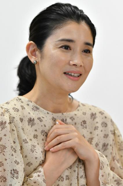 俳優の石田ひかりさん(衣装協力=クロス&クロス/ハグ オー ワー)