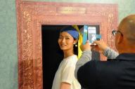 人気のフェルメールの「真珠の耳飾りの少女」のコスプレ。額縁も作品のあるオランダの美術館の本物に似せているこだわりぶりだ=徳島県鳴門市の大塚国際美術館