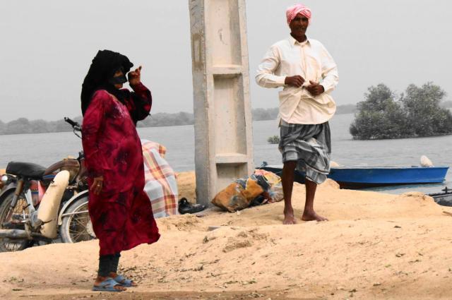 ゲシュム島の女性たちは、色鮮やかな服を着ている