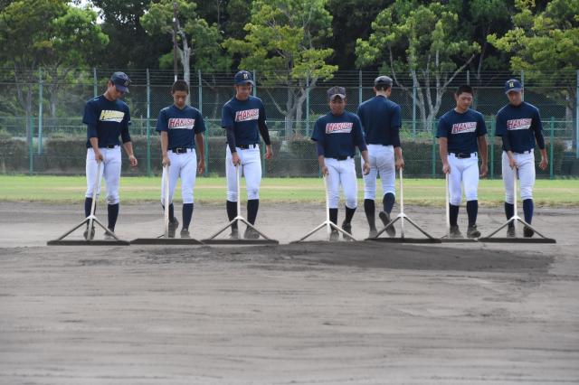 練習後にグラウンド整備をするパルマ・ハーヴィー選手(中央)ら=8月7日、兵庫県伊丹市