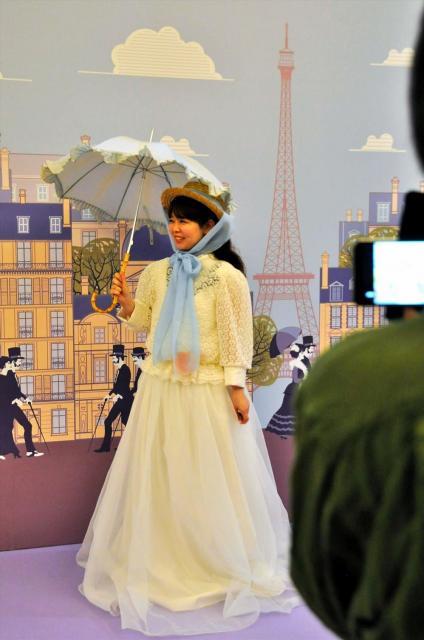 モネの「日傘の女」のコスプレをする女性。上下セパレートでゆったりめに作っている。腰には作品に登場するオレンジ色のひなげしの花もあしらわれている=徳島県鳴門市