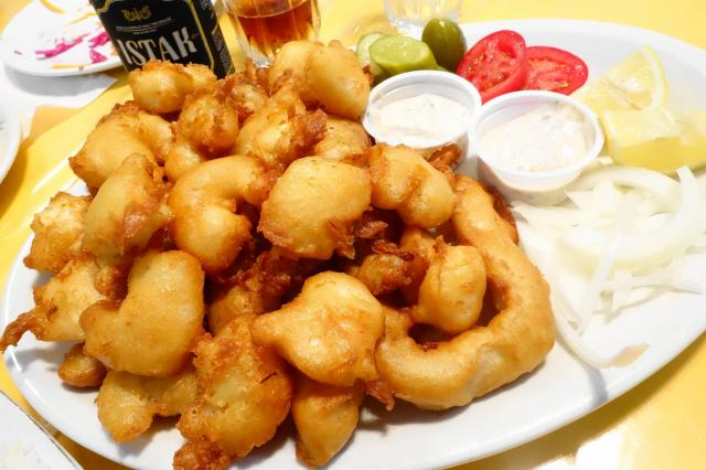 白身魚とエビのフリッター。タルタルソースにつけて食べる