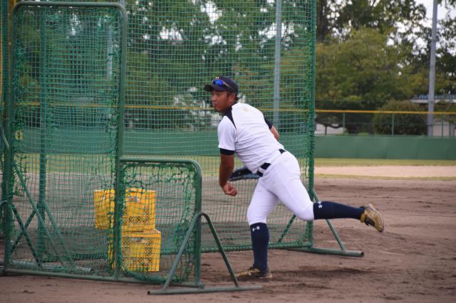 打撃投手を務める池山桂太教諭=8月10日、兵庫県伊丹市