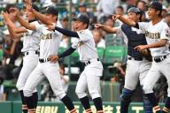 初めての甲子園で笑顔を見せる白山の選手ら=8月11日、阪神甲子園球場、金居達朗撮影