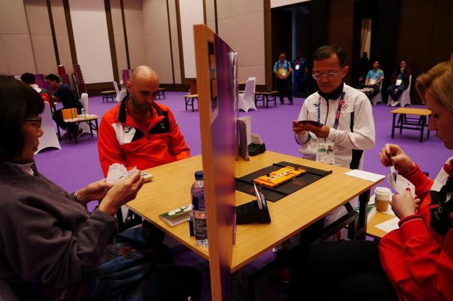 今回のアジア大会で初めて競技種目となったブリッジ。世界には数百万人のプレーヤーがいるという=8月21日、ジャカルタ
