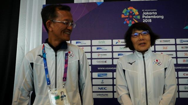 強豪のインドネシアを撃破した後、笑顔を見せる上田哲也さん(左)と妻の真理子さん=8月21日、ジャカルタ