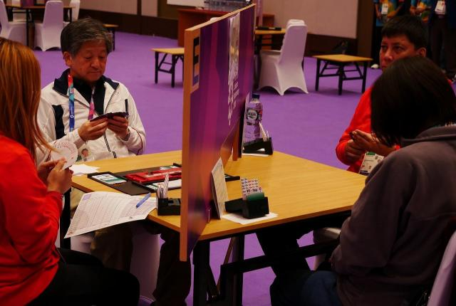 ゲーム開始直前の勝部俊宏さん(左から2番目)。報道陣はこの時点で部屋から出されます=8月21日、ジャカルタ