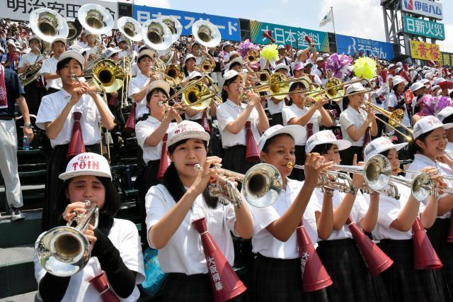 アルプス席で演奏する大阪桐蔭の吹奏楽部員ら=2018年8月6日、阪神甲子園球場
