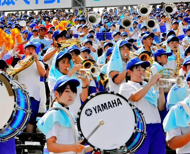 近江の吹奏楽部員ら=2018年8月13日、阪神甲子園球場
