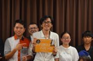 「#不登校は不幸じゃない」の発起人・小幡和輝さん(中央)と、町田会場の主催者・広田悠大さん(左)