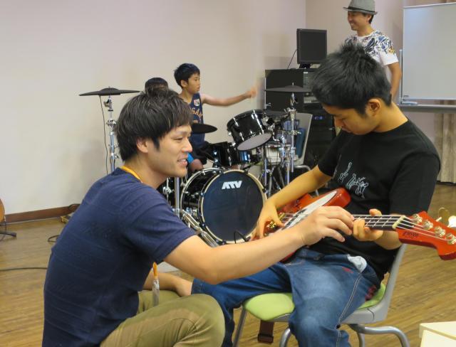 楽器を教える「JERRY BEANS」の八田典之さん