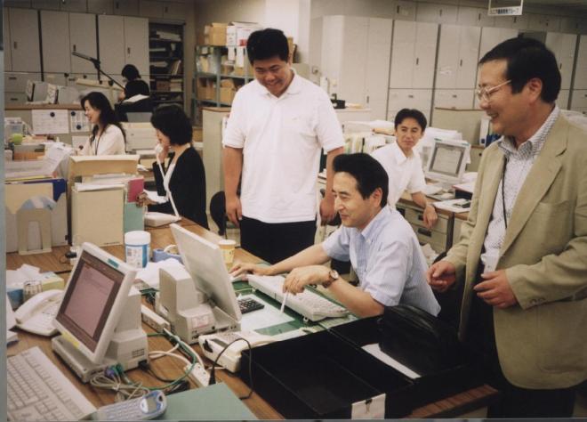 服装をカジュアル化し、男性社員らがノーネクタイで勤務する損保ジャパン=2002年7月25日、東京都新宿区の本社で