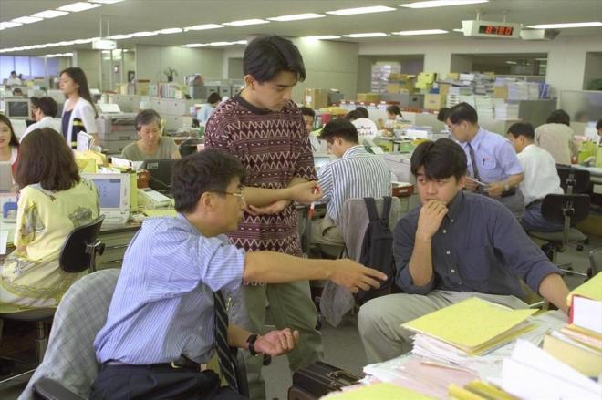 「カジュアルフライデー」に合わせたラフな装いでの打ち合わせ=1995年7月14日、東京・北青山の伊藤忠商事で