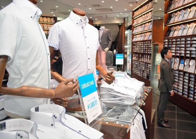 豊富なデザインのワイシャツなどが並んだクールビズ商品の売り場=2015年5月25日