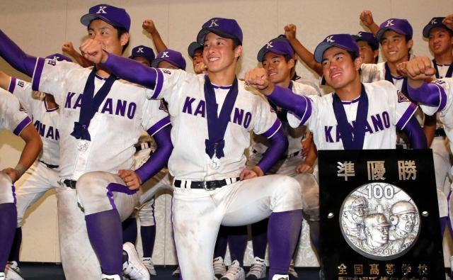 決勝を終えて戻った宿舎で、「侍」のポーズで記念撮影に応じる金足農の選手たち=西岡臣撮影
