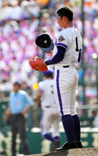 五回裏大阪桐蔭の攻撃中に、帽子を脱いで一呼吸置く金足農の吉田投手=井手さゆり撮影
