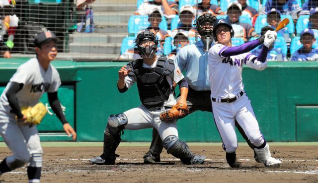横浜戦の三回裏金足農2死三塁、吉田が中越えに2点本塁打を放つ=松本俊撮影