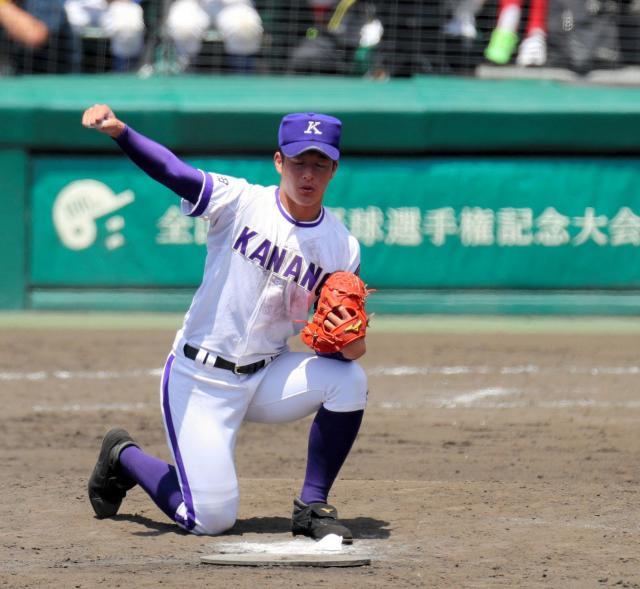 横浜―金足農 九回表、センター方向へ向かってポーズをとる金足農の吉田投手=松本俊撮影