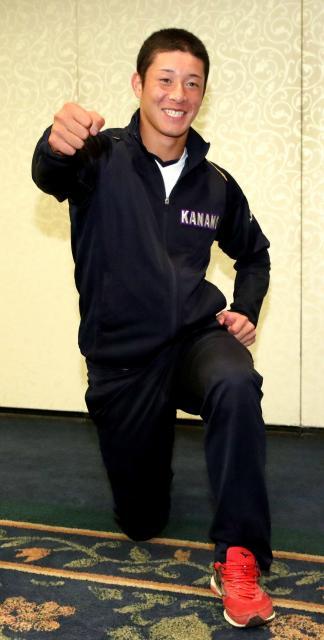 カメラマンの要望に応え、侍のポーズをする金足農の吉田投手=西岡臣撮影