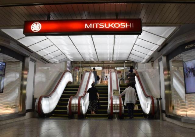 地下街と名古屋三越栄店をつなぐエスカレーター。天井の照明も統一されている=名古屋市中区