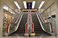 世界に3台しかないエスカレーターが2台並ぶ。床に潜るような手すりが特徴=名古屋市中村区の名鉄百貨店