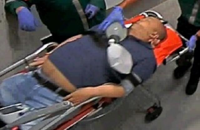 意識を失い、病院に運ばれた正男氏。この角度では腹部の入れ墨が確認できない=関係者提供