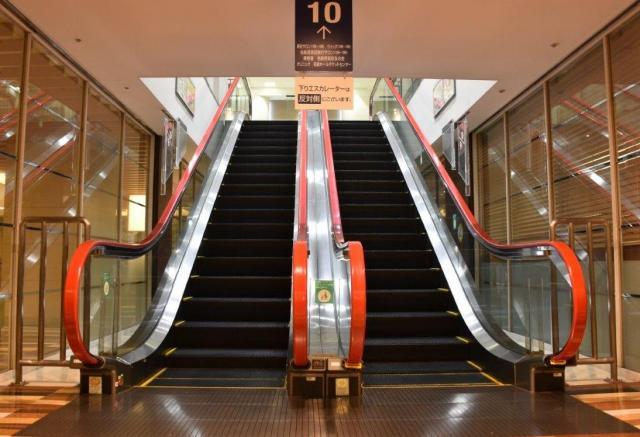 9階と10階をつなぐエスカレーターは見慣れた形の手すり=名古屋市中村区の名鉄百貨店