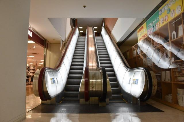 同じ栄にある栄ビルにも「丸ボディー全照明型」が何台もあった=名古屋市中区