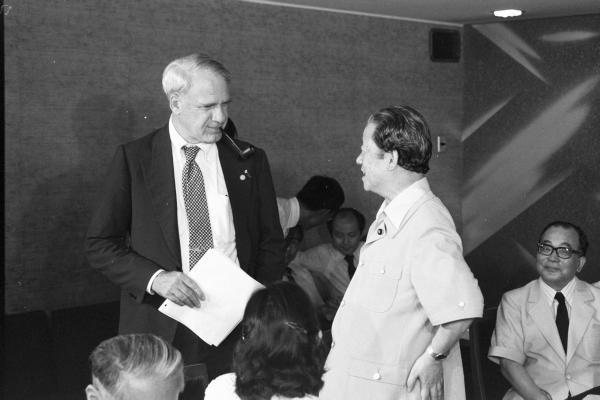 1979年6月28日からの東京サミット(主要先進国首脳会議)でのエネルギー問題をめぐって、江崎真澄通産相は25日、東京都内のホテルでシュレシンジャー米エネルギー省長官と会談した。このところ愛用している