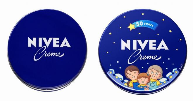 左が通常品の「青缶」。右はさくらももこさんがデザインした限定缶