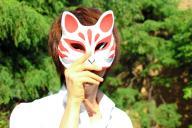 中高生に人気の伊東歌詞太郎さん。狐のお面がトレードマーク=神戸郁人撮影