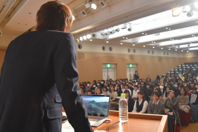 中高生らを前に、初めて小学生からの過去を語った歌詞太郎さん