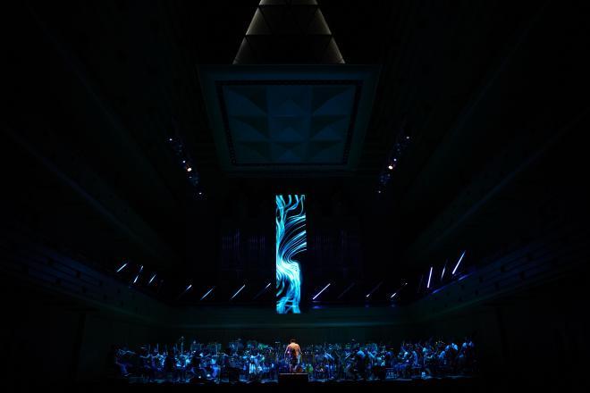 中央のスクリーンは「奏者」のひとりとして映像を「演奏」する=写真提供・日本フィルⒸ山口敦