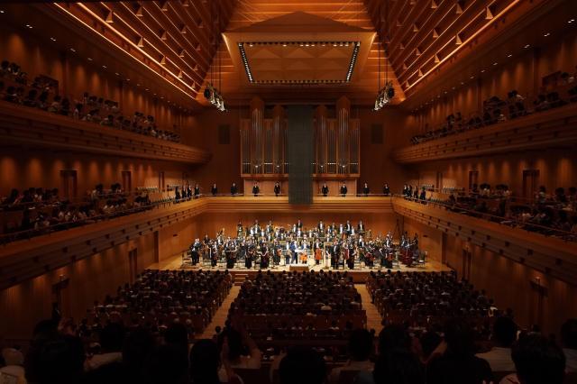 海老原さんと日本フィル交響楽団には盛大な拍手が送られた=写真提供・日本フィルⒸ山口敦