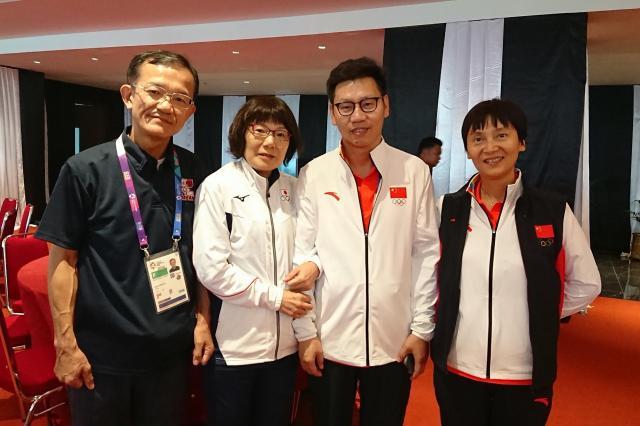 ペア団体で金メダルの中国チーム(左2人)と一緒に記念撮影した上田夫妻。上田真理子さんは、「本当に力のある人と対戦できて、有意義な時間だった」と話した=8月、ジャカルタ