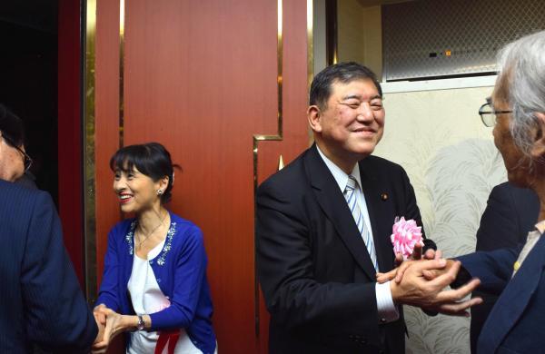 支援者と握手をする自民党の石破茂元幹事長と妻の佳子氏=2018年8月、鳥取市、岩尾真宏撮影