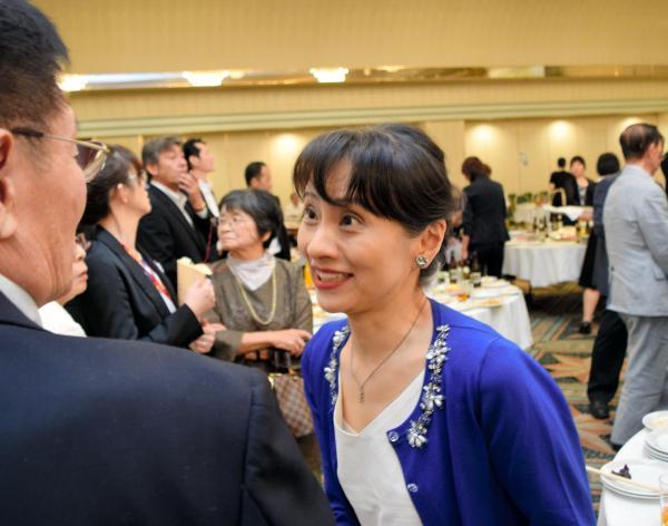 支援者と話す自民党の石破茂元幹事長の妻の佳子氏=2018年8月、鳥取市、岩尾真宏撮影