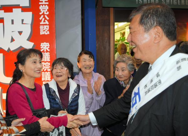 衆院選中、妻の佳子氏(左)と握手する自民党の石破茂元幹事長=2017年、鳥取市、岩尾真宏撮影