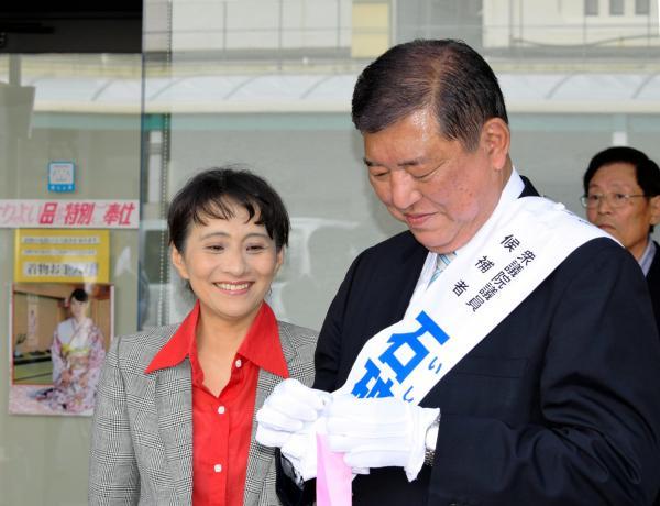 妻の佳子氏と笑顔で話す自民党の石破茂元幹事長=2017年、鳥取市、岩尾真宏撮影