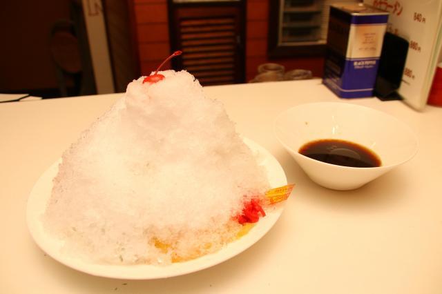 麺も具も隠れるほど、かき氷がのった「氷ラーメン」