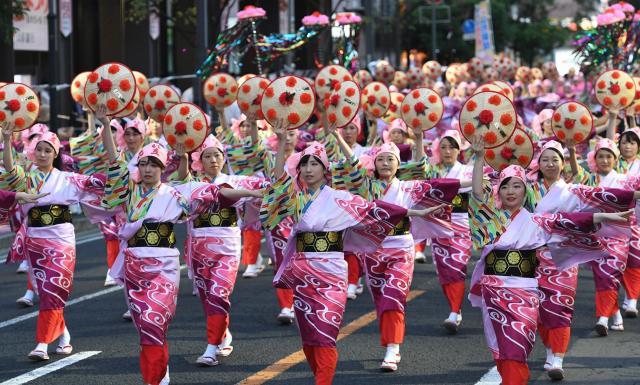 山形市で毎年8月に開かれる「花笠まつり」、一糸乱れぬ踊りが夏の訪れを告げます